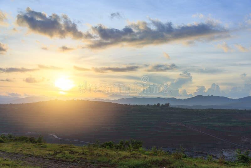 使日落Mae Moh煤矿坑环境美化天空视图  免版税库存照片