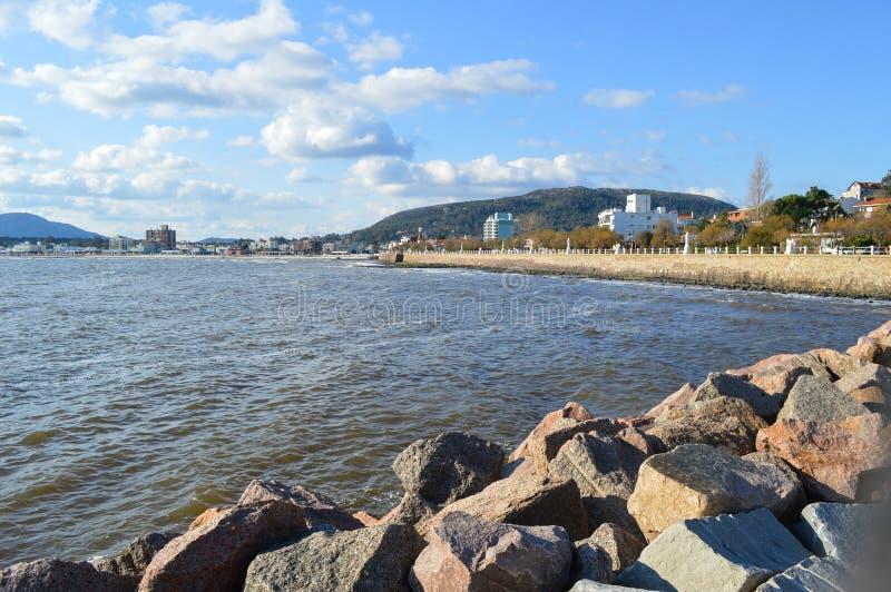 使显示海和城市环境美化在乌拉圭海岸 库存照片