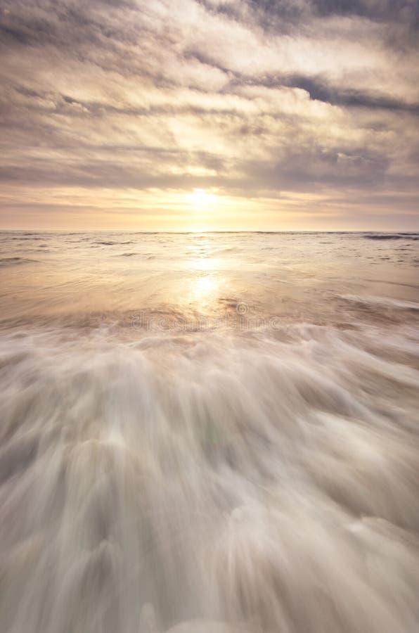 使显示水的场面靠岸和天空和太阳发光 图库摄影