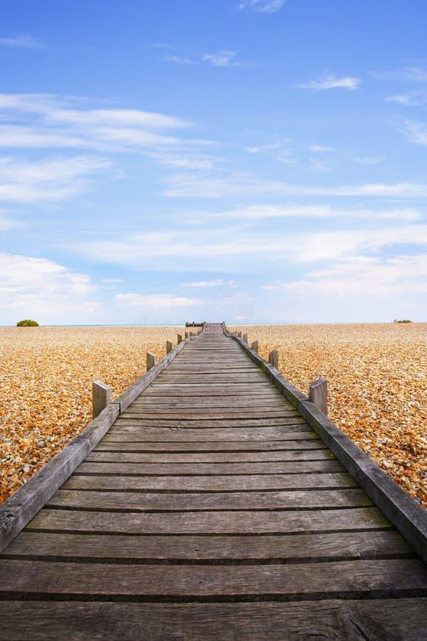 使木板走道沼泽小卵石romney靠岸 库存照片