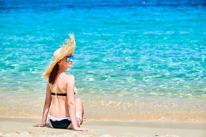 使比基尼泳装妇女靠岸 库存照片