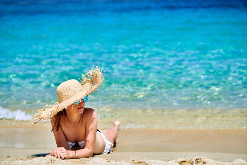 使比基尼泳装妇女靠岸 免版税库存图片