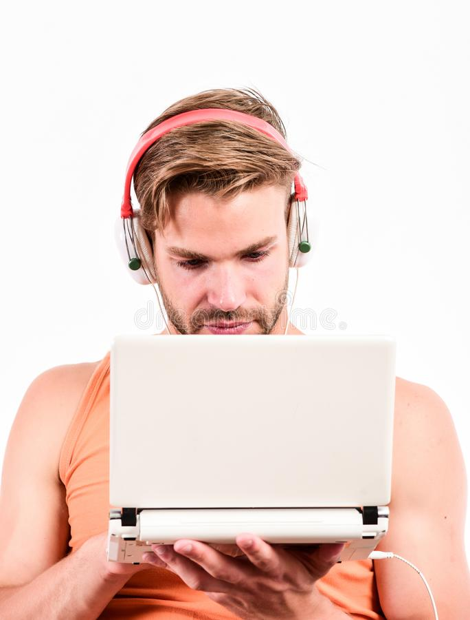 使生活的小配件 ( 有耳机和膝上型计算机的人 r 网上娱乐 库存照片