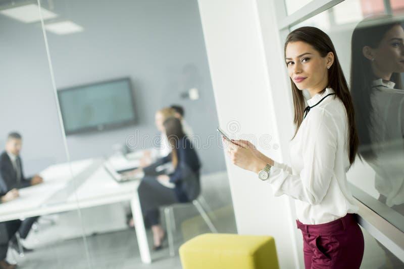 使用一个手机的现代女商人,当商人时 免版税库存照片