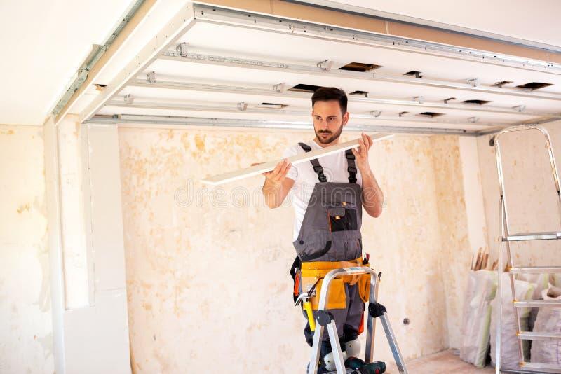 使用一个适当地被测量的天花板板条 免版税库存图片