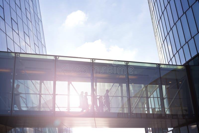 使用一座当代办公楼的转折商人 图库摄影