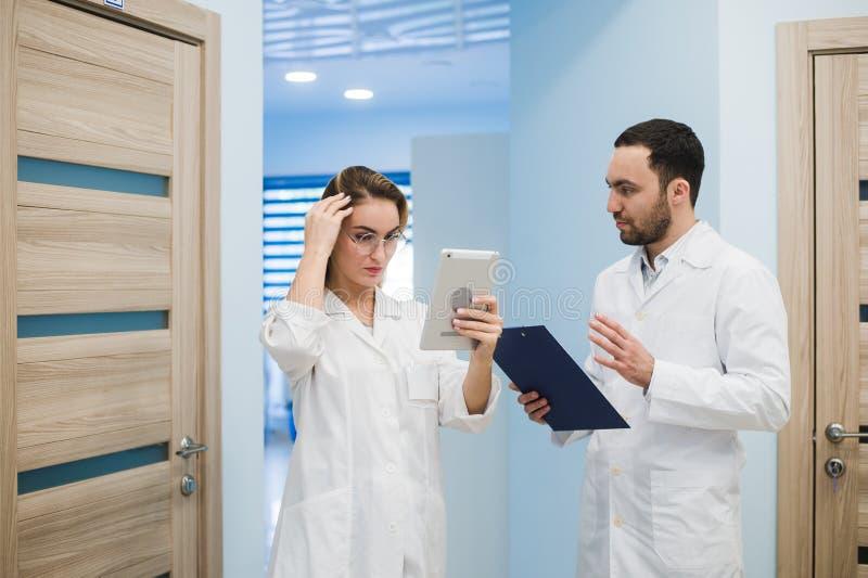 使用一种数字式片剂的医生在医院 免版税库存照片