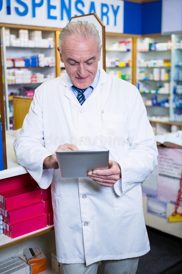 使用一种数字式片剂的药剂师 免版税图库摄影