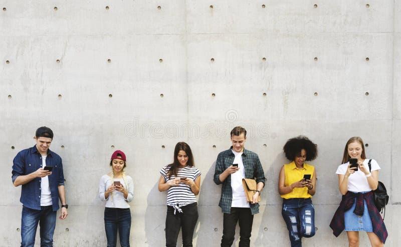 使用一起智能手机和ch,小组户外年轻成人 库存图片