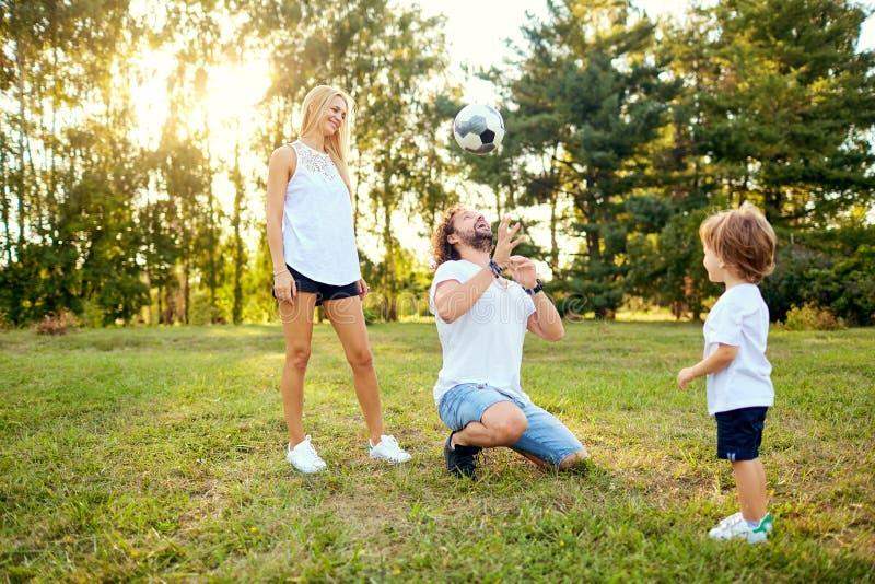 使用与一个球的家庭在公园 免版税库存图片