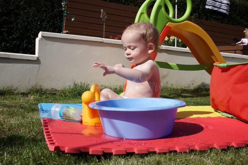 使用用水的男婴 免版税图库摄影