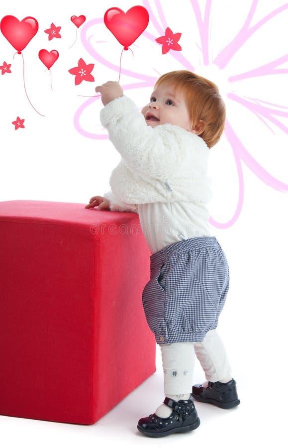 使用与一个红色立方体的逗人喜爱的小孩 免版税库存照片