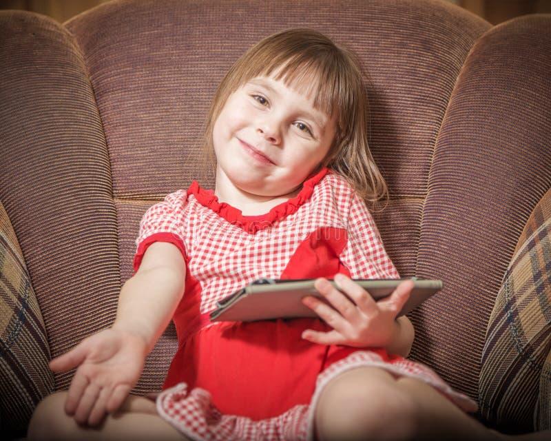 使用与一种现代数字式片剂的小女孩 库存图片