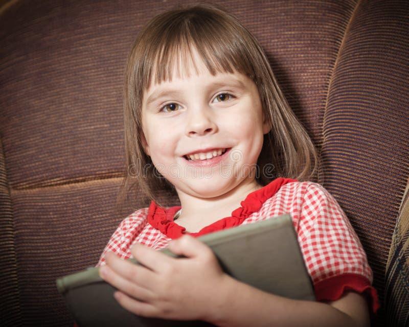 使用与一种现代数字式片剂的小女孩 免版税库存照片