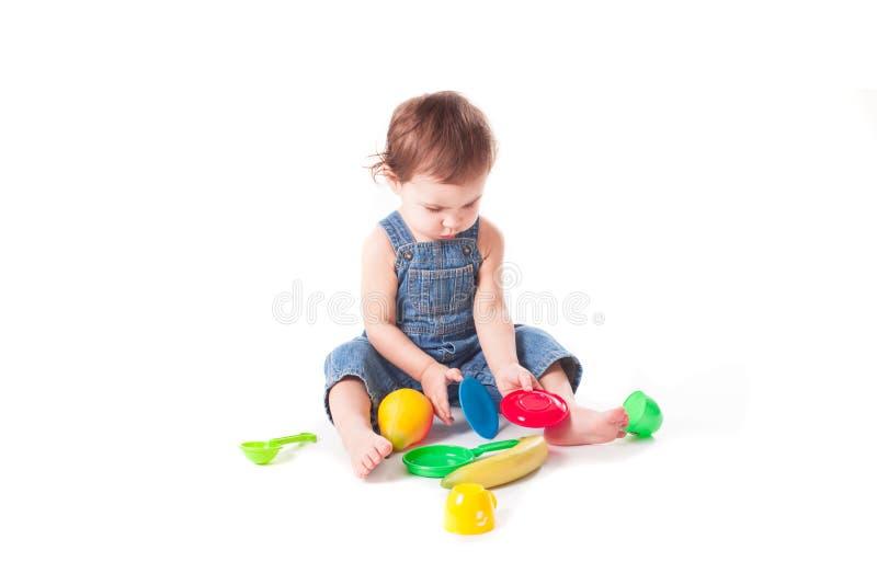 使用与五颜六色的玩具的可爱的婴孩 图库摄影