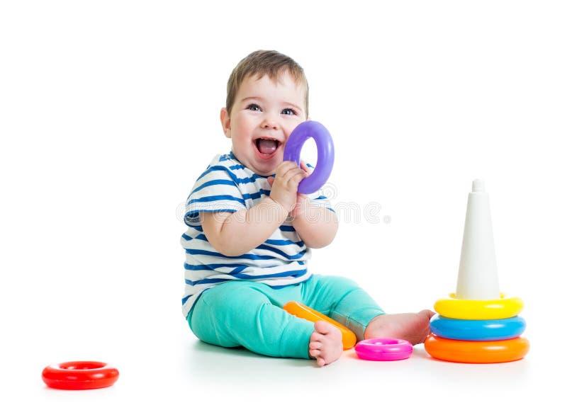 使用与五颜六色的玩具的孩子 免版税库存图片