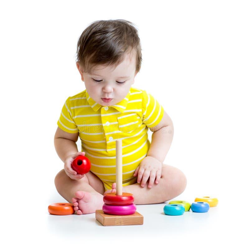 使用与五颜六色的玩具的男婴 免版税库存照片