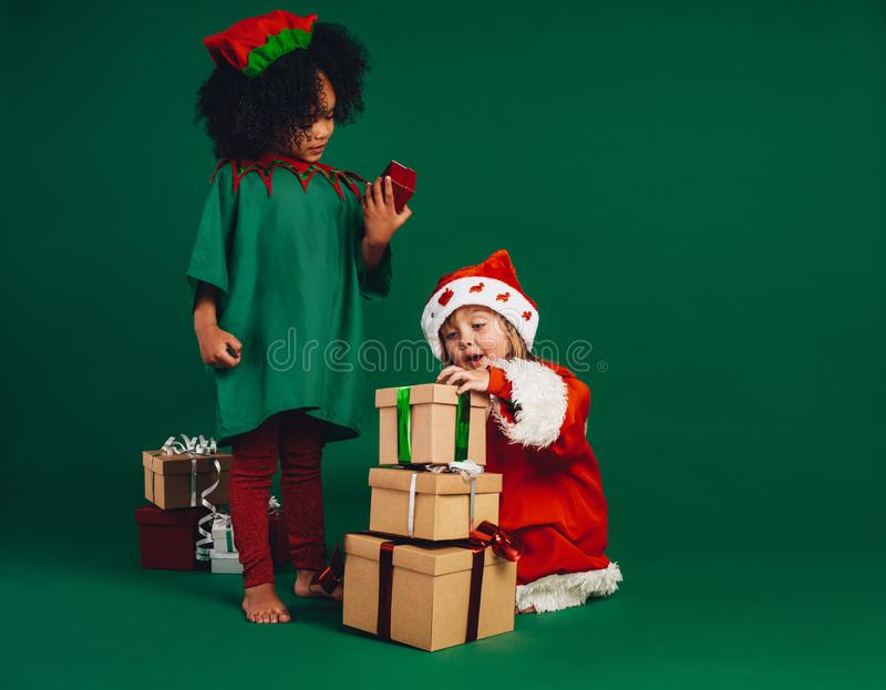 使用与他们的圣诞礼物的孩子 免版税库存图片