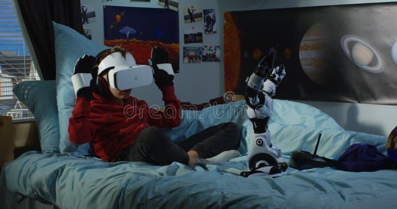 使用与他的玩具机器人的男孩 免版税库存图片