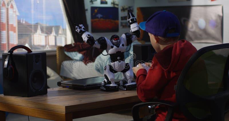 使用与他的玩具机器人的男孩 图库摄影