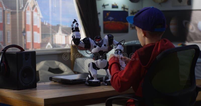 使用与他的玩具机器人的男孩 免版税库存照片