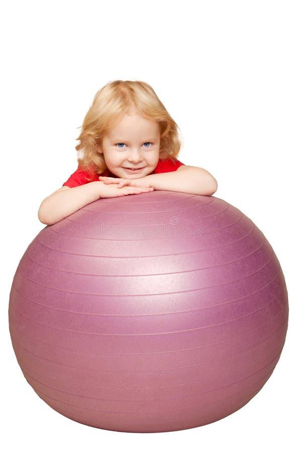 使用与健身球的婴孩。 免版税库存图片