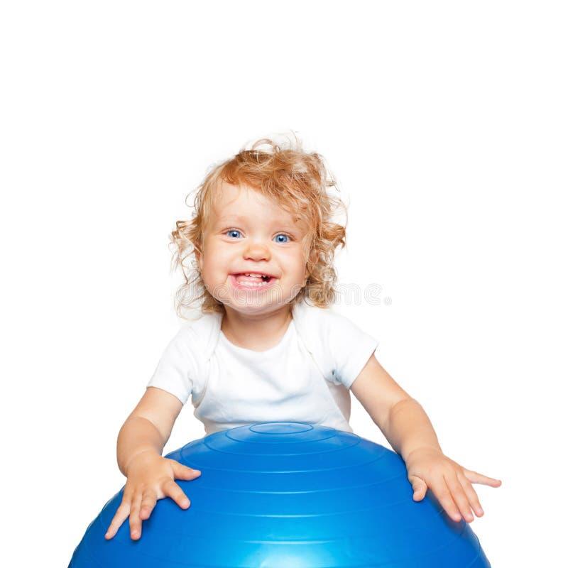 使用与健身球的嬉戏婴孩 免版税图库摄影