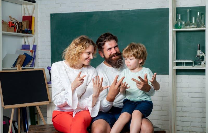 使用与创造性的集合的快乐的家庭 r 学校家庭 家庭家庭算术教育-父母 免版税库存图片