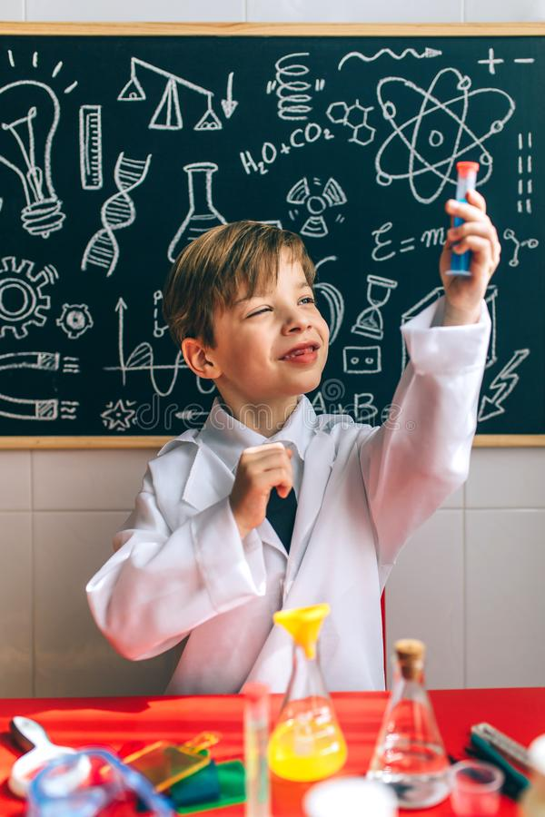 使用与化学比赛的男孩 库存照片