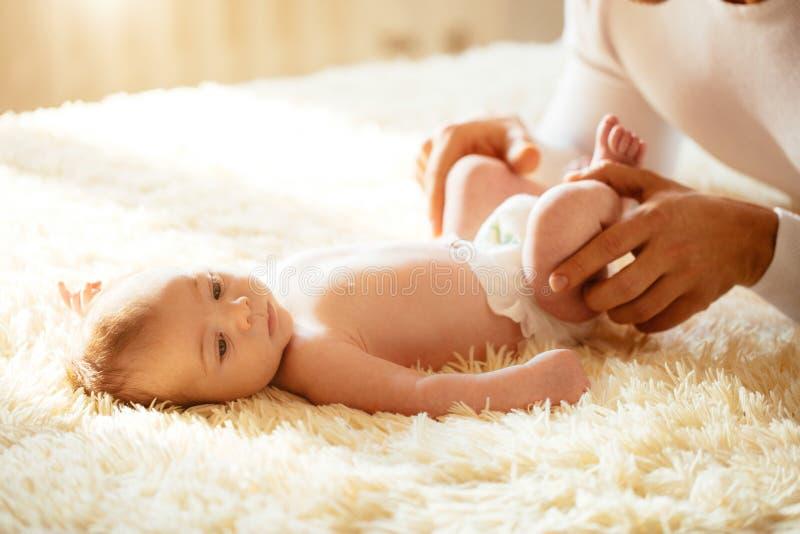 使用与可爱的婴孩的父亲在卧室 库存照片