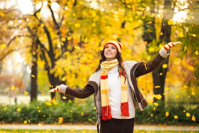 使用与叶子的妇女在森林里 免版税库存图片