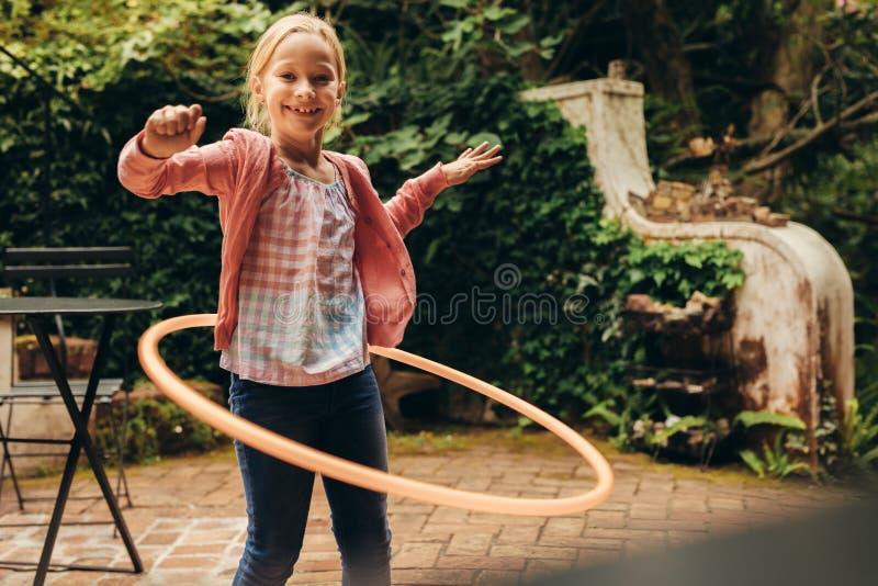 使用与喧闹圆环的女孩 库存照片