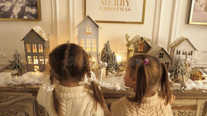 使用与圣诞节玩具的愉快的小孩 库存图片