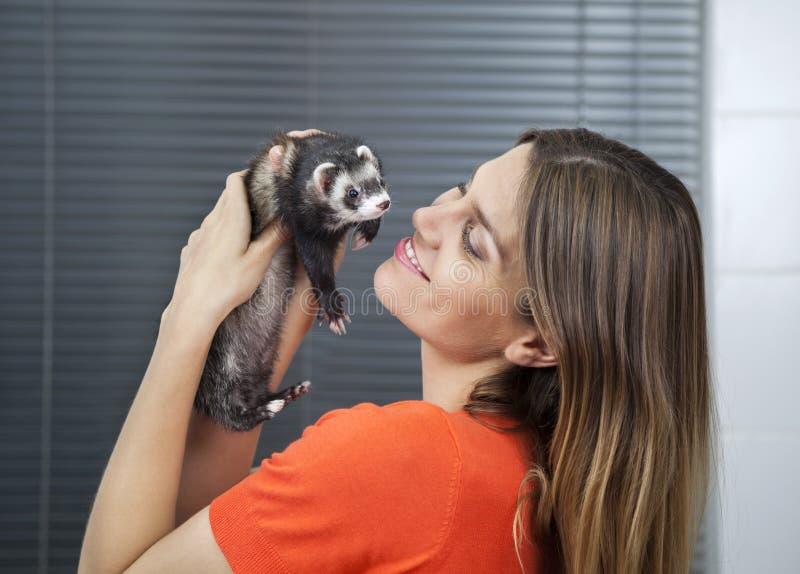使用与在兽医的狡猾的人的愉快的妇女 图库摄影