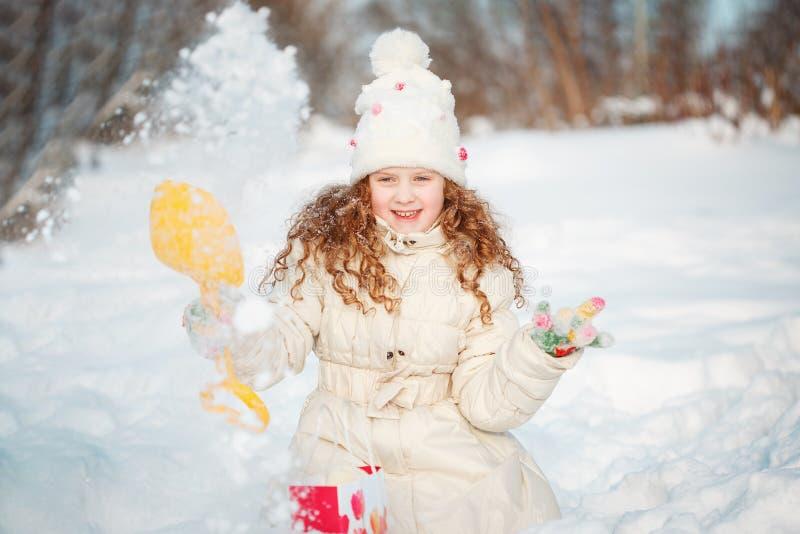 使用与在冬天步行的雪的孩子在公园 免版税图库摄影