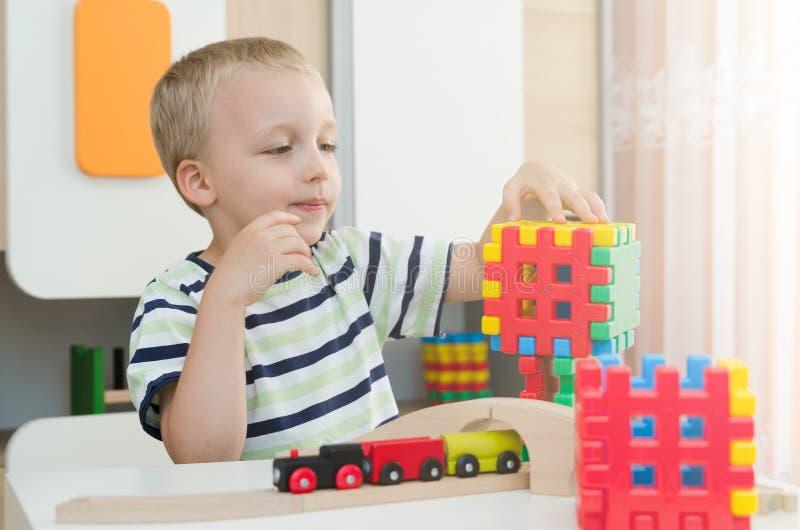 使用与在桌上的块的小男孩 免版税库存图片