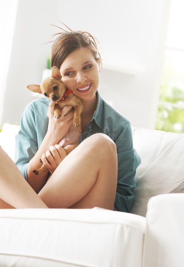 使用与在沙发的狗的女孩 图库摄影