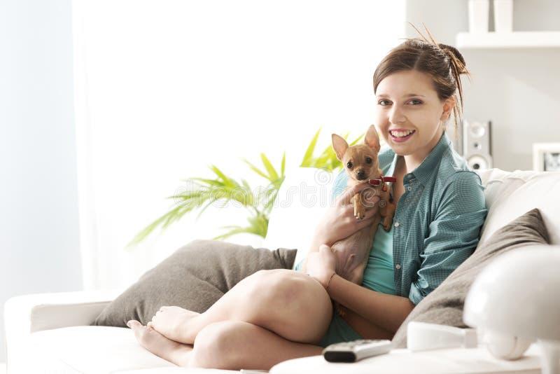 使用与在沙发的狗的女孩 库存图片