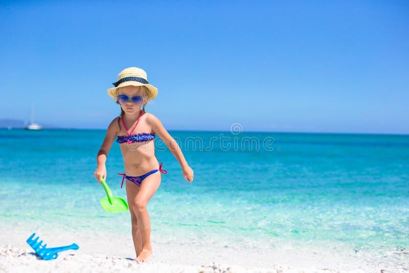 使用与在海滩的玩具的可爱的小女孩 免版税图库摄影