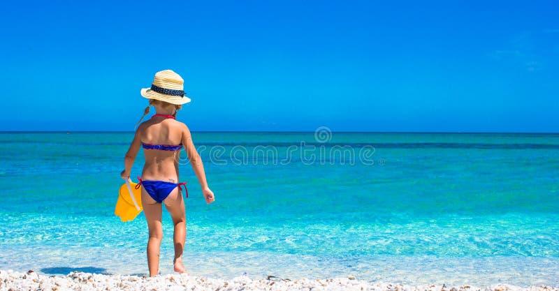 使用与在海滩的玩具的可爱的小女孩 免版税库存图片