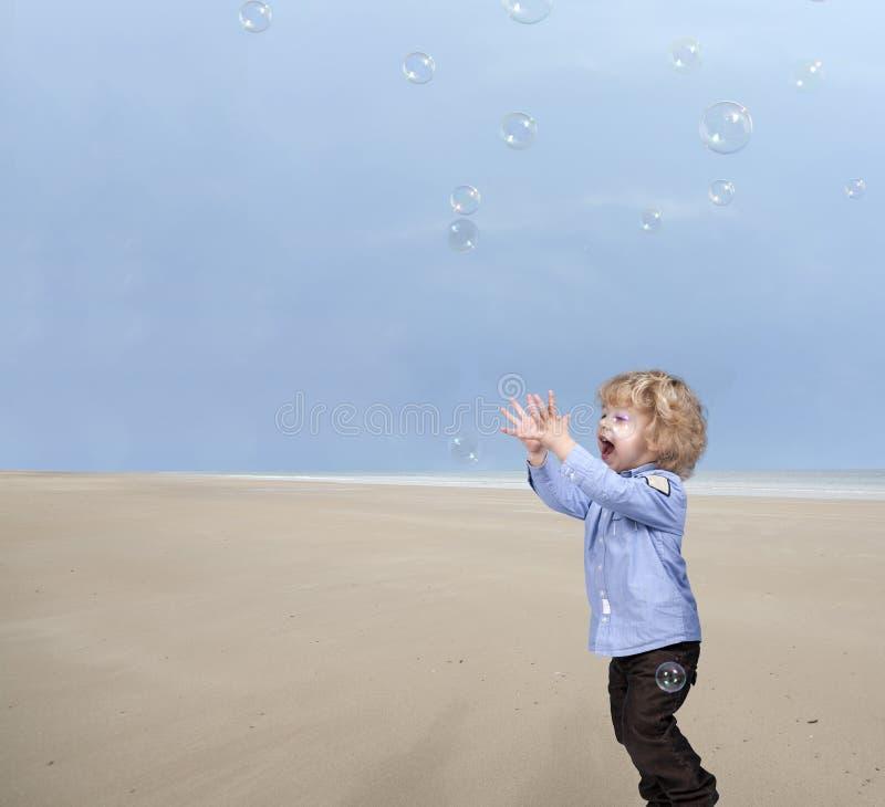 Download 使用与在海滩的肥皂泡的小男孩 库存照片. 图片 包括有 嬉戏, 比赛, 乐趣, 放血, 嘴唇, 污点, 运行 - 30331948