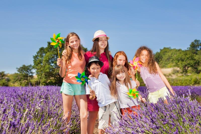 使用与在淡紫色领域的轮转焰火的孩子 免版税图库摄影
