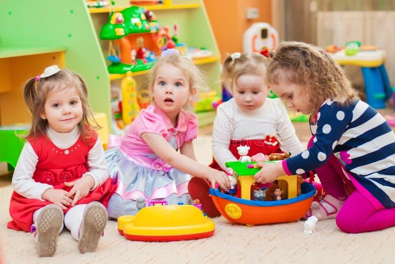 使用与在游戏室的玩具的小女孩 免版税库存图片