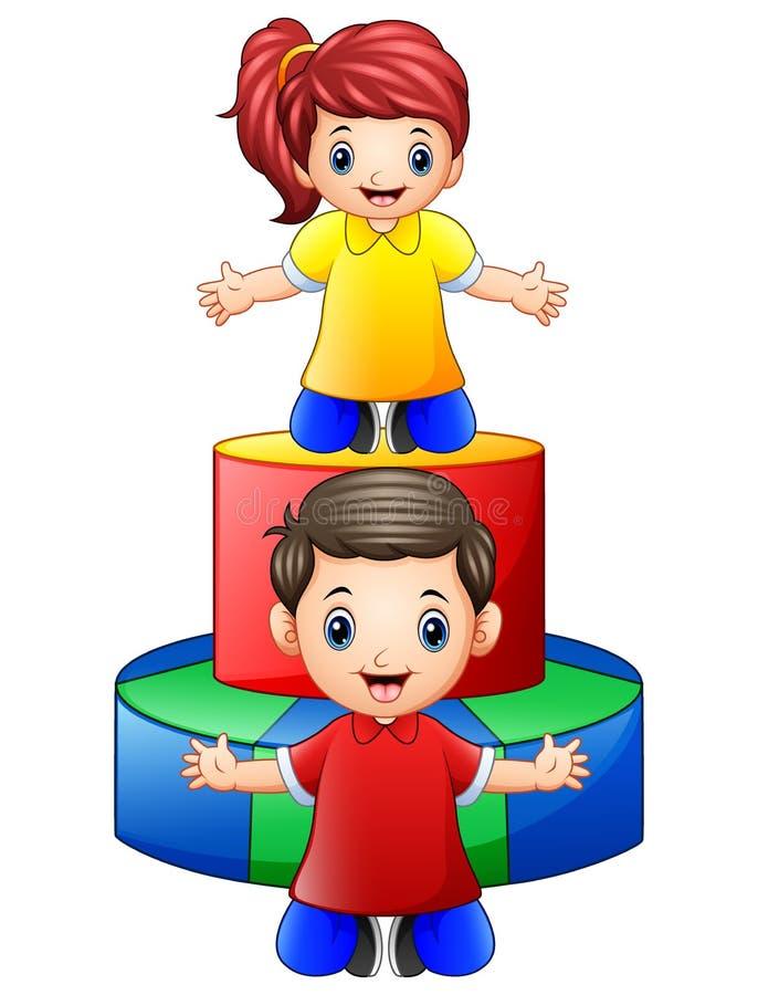 使用与在白色背景的色的木玩具的愉快的小孩 皇族释放例证