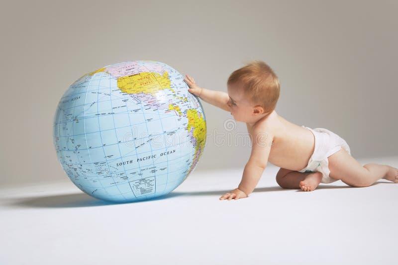 使用与地球的女婴 免版税库存照片