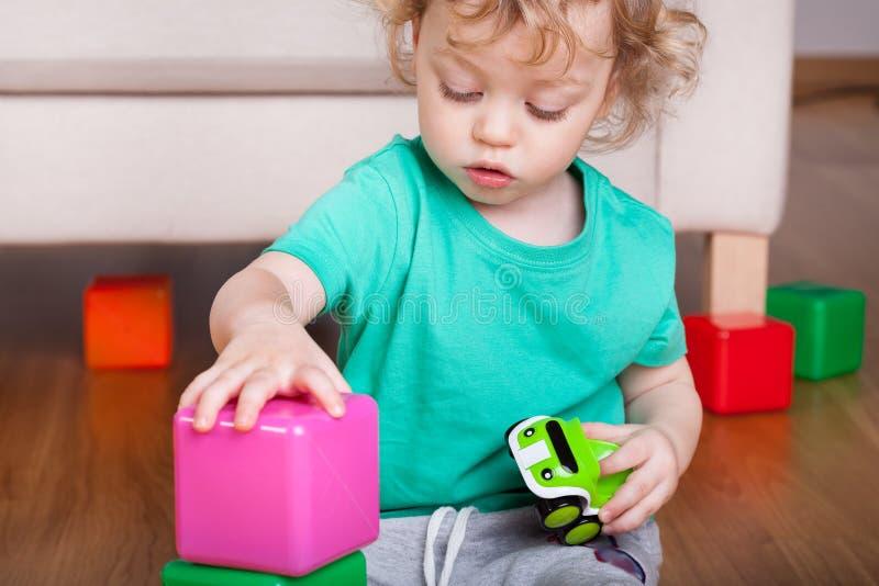 使用与块玩具的男孩 库存照片