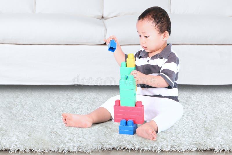 使用与块玩具的婴孩 库存图片