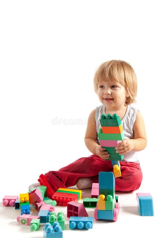 使用与块的微笑的小男孩 免版税库存照片