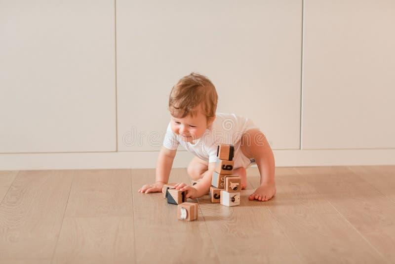 使用与块的逗人喜爱的矮小的男婴 库存照片