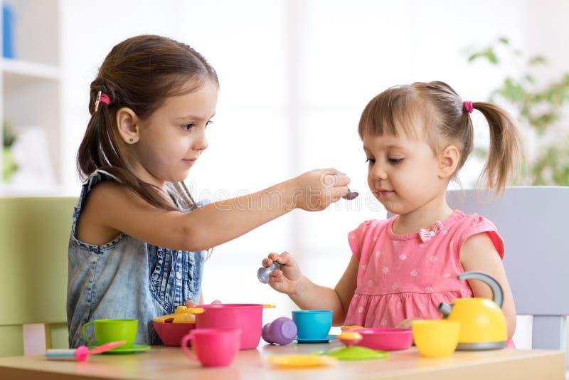 使用与塑料碗筷的孩子 库存照片